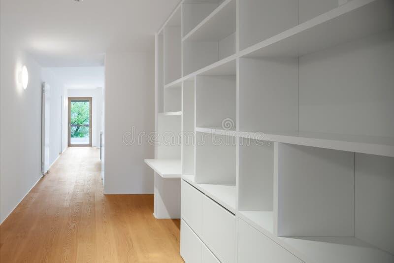 Binnenland van moderne flat, kast stock fotografie