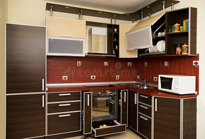 Binnenland van moderne keuken in donkere tonen stock foto's