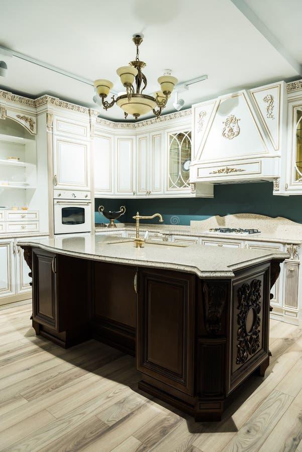 binnenland van moderne keuken met comfortabel meubilair stock fotografie