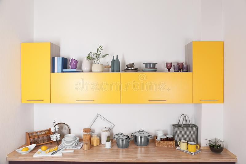 Binnenland van moderne keuken met helder meubilair royalty-vrije stock foto's