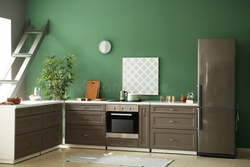 Binnenland van moderne keuken met modieus meubilair stock foto's