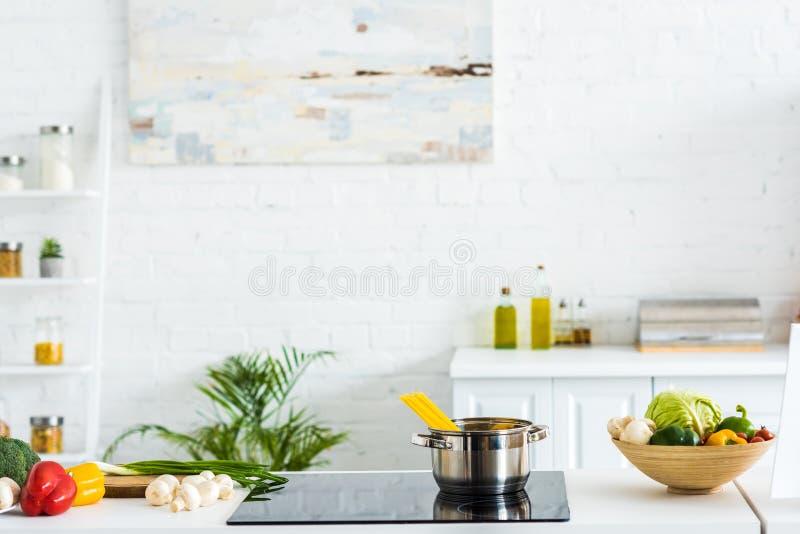 binnenland van moderne lichte keuken met verf op muur royalty-vrije stock foto