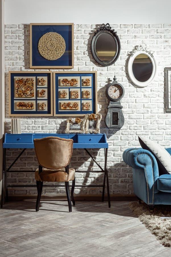 binnenland van moderne retro gestileerde woonkamer met stoel, lijst royalty-vrije stock foto