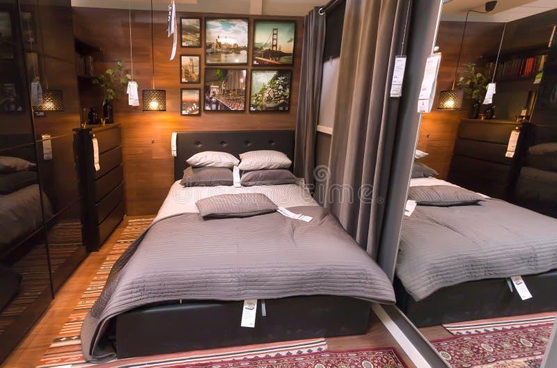 Binnenland van moderne slaapkamer in grote IKEA-opslag met meubilair, decor en vele producten voor huis stock foto's