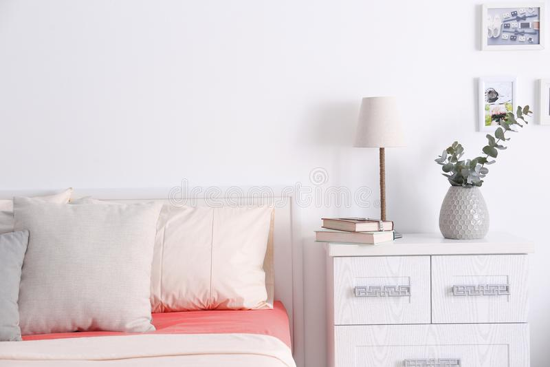 Binnenland van moderne slaapkamer met comfortabel bed royalty-vrije stock afbeelding
