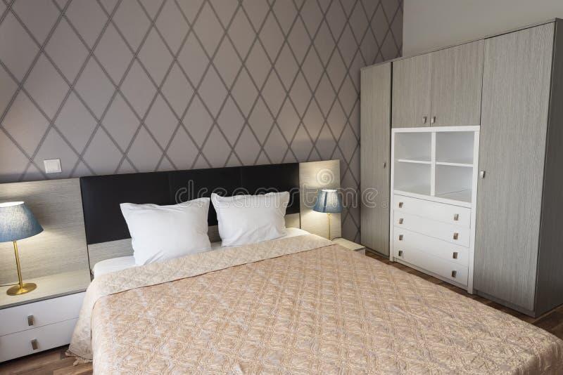 Binnenland van moderne slaapkamer met comfortabel tweepersoonsbed royalty-vrije stock fotografie