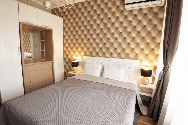 Binnenland van moderne slaapkamer met comfortabel tweepersoonsbed stock afbeeldingen