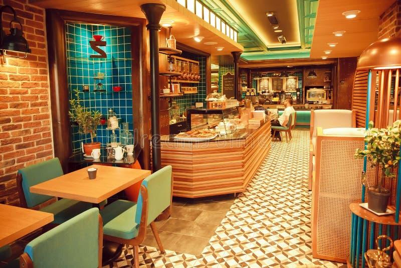 Binnenland van moderne stijlkoffie met betegeld muren en ontwerpmeubilair royalty-vrije stock afbeelding