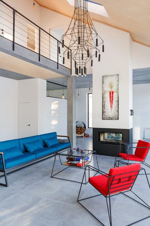 Binnenland van moderne woonkamer met grote panoramische vensters, spar royalty-vrije stock afbeeldingen