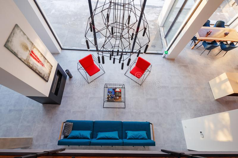 Binnenland van moderne woonkamer met grote panoramische vensters, spar royalty-vrije stock foto's