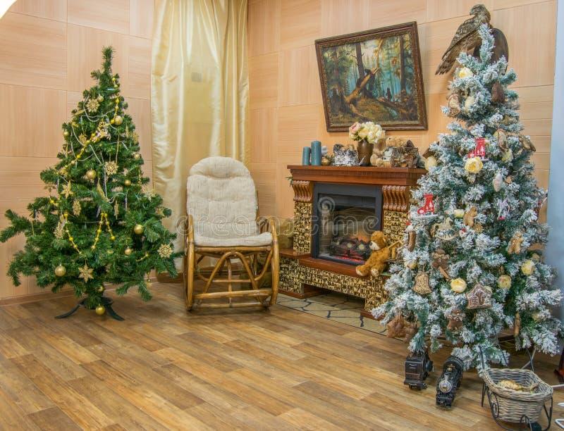 Binnenland van mooie woonkamer die voor Kerstmis wordt verfraaid royalty-vrije stock fotografie