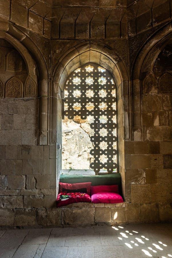 Binnenland van oud Diri-Babamausoleum, 14de eeuw, Gobustan-stad, Azerbeidzjan stock afbeelding