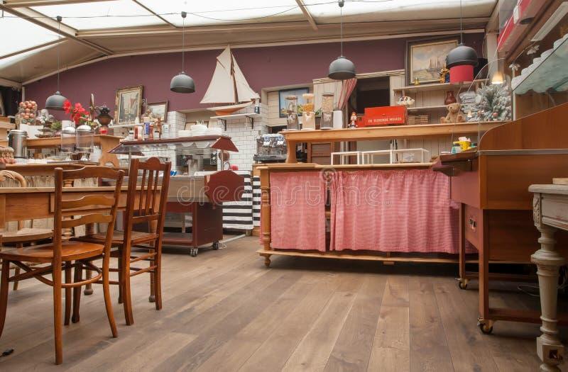 Binnenland van oude keuken in retro hotel met uitstekend decor, houten meubilair en retro details royalty-vrije stock afbeeldingen