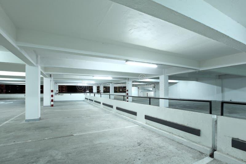 Binnenland van parkeerterrein stock foto's