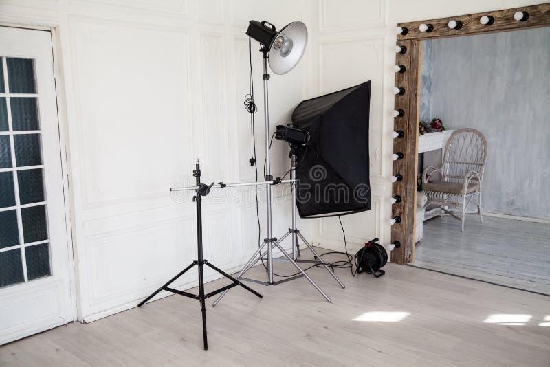 Binnenland van PhotoStudio-flitsen wit grijs decor als achtergrond royalty-vrije stock afbeelding