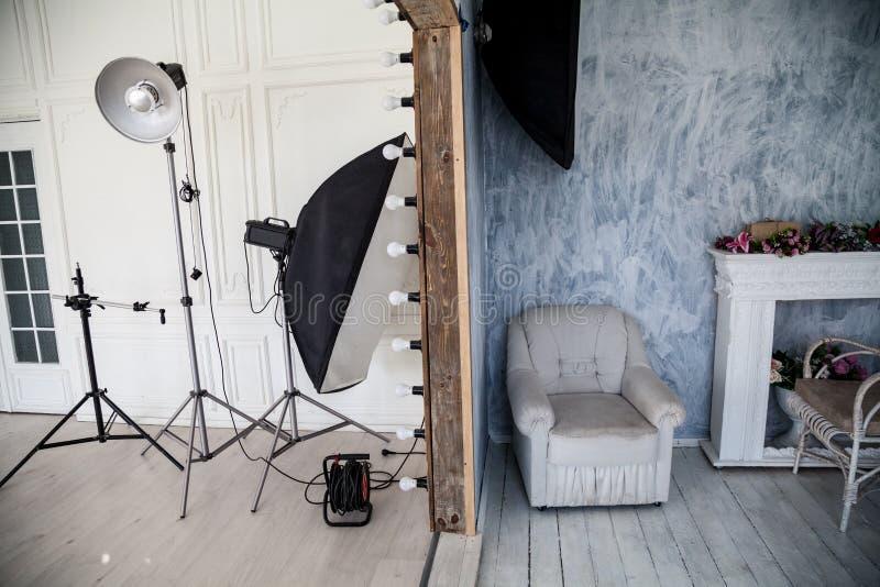 Binnenland van PhotoStudio-flitsen wit grijs decor als achtergrond stock foto
