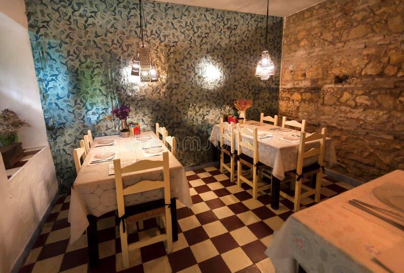 Binnenland van restaurant met grappig decor, uitstekende detailslijsten en platen voor bezoekers royalty-vrije stock foto