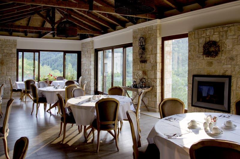 Binnenland van restaurant met houten meubilair en steenmuren stock foto's