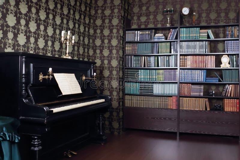 Binnenland van ruimte met boekenplanken en piano royalty-vrije stock foto