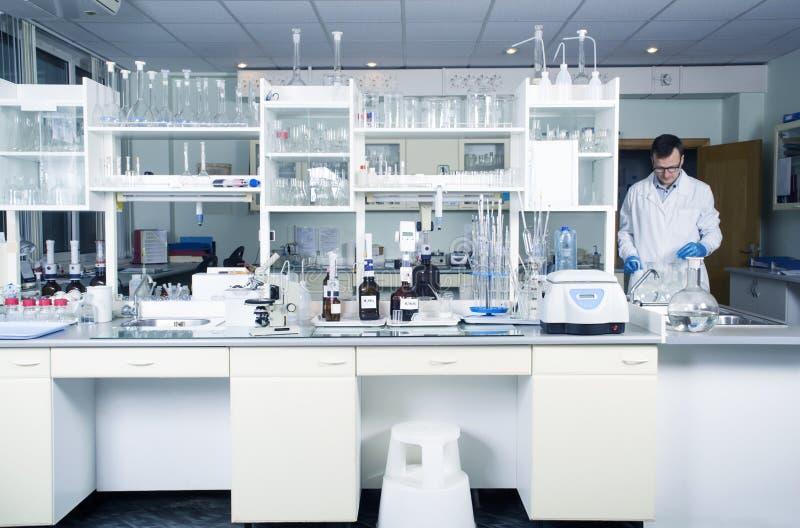Binnenland van schone moderne witte laboratoriumachtergrond Laboratoriumconcept royalty-vrije stock fotografie