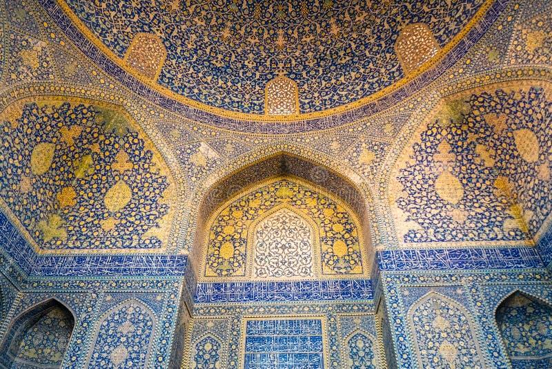 Binnenland van Sjahmoskee Mooie koepel en vaulting met Islamitisch die arabesquepatroon met mozaïektegels wordt behandeld Isphaha stock fotografie