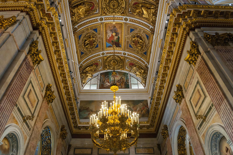Binnenland van St Isaac Cathedral in St. Petersburg, Rusland Verfraaide plafond en kroonluchter royalty-vrije stock foto