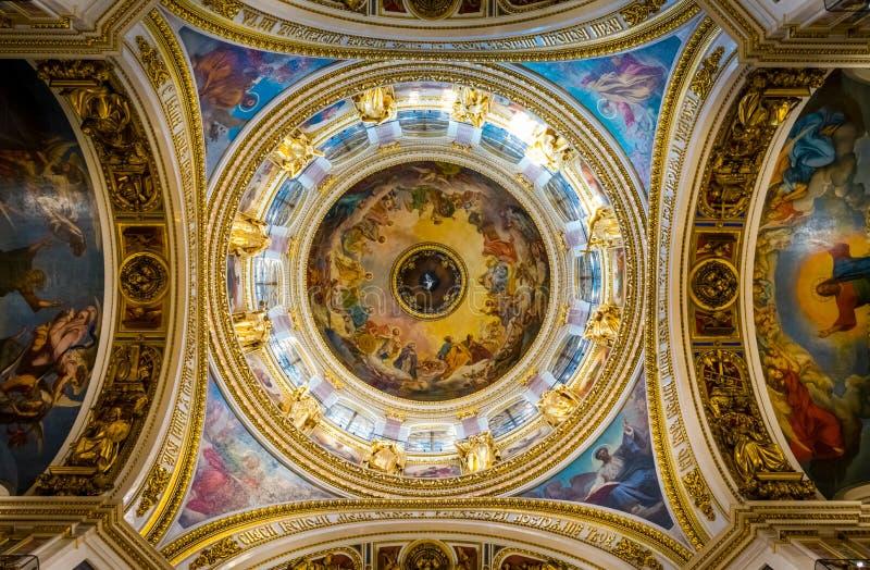 Binnenland van St Isaac Kathedraal in Heilige Petersburg, Rusland stock foto's