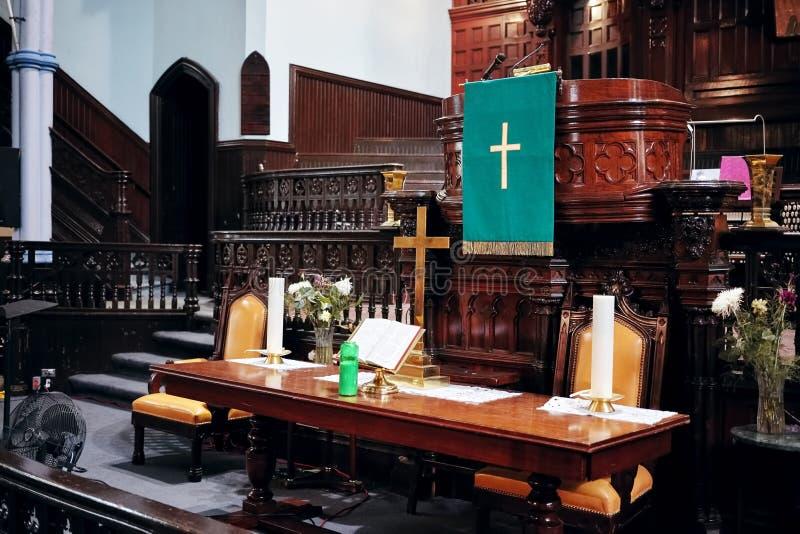 Binnenland van St James United Church in Montreal, Quebec, Canada Het altaar, de kaarsen, de heilige bijbel, het kruis en de rost stock afbeelding