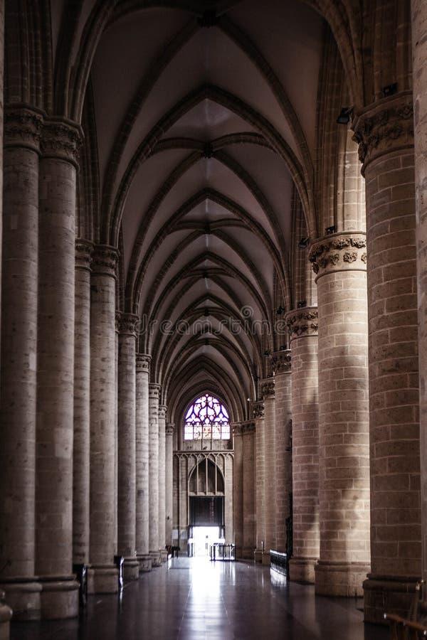 Binnenland van St Michael en St Gudula Kathedraal stock afbeeldingen