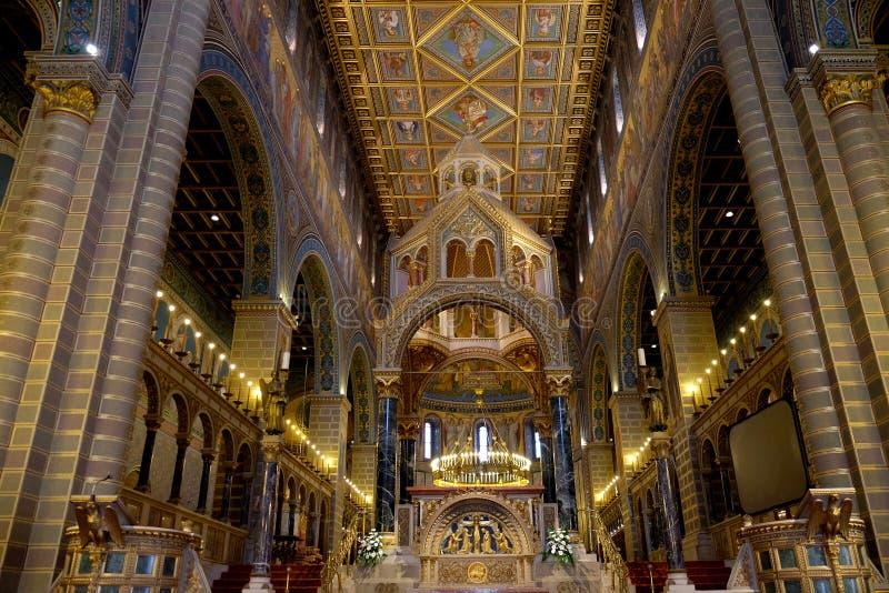 Binnenland van St Peter en St Paul Basilica in Pecs Hongarije stock afbeelding