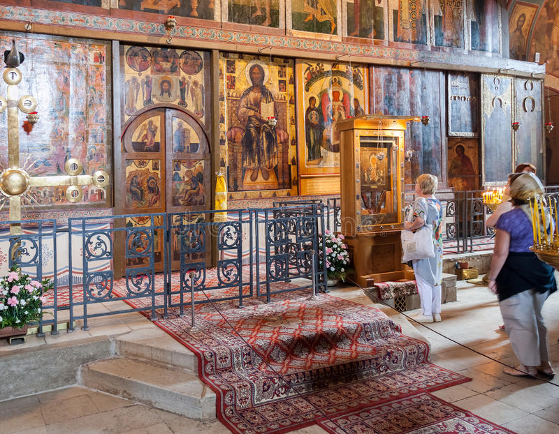 Binnenland van St. Sophia Cathedral   in Veliky Novgorod stock foto's