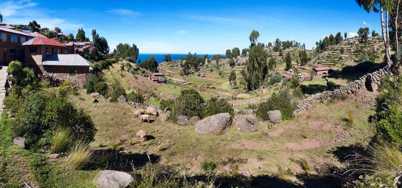 Binnenland van Taquile-Eiland met huizen en gebieden, Peru stock fotografie