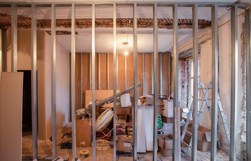 Binnenland van verbeteringsflat met materialen tijdens op het remodelleren, vernieuwing, uitbreiding, restauratie, wederopbouw stock foto