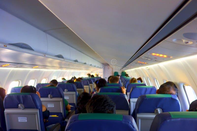 Binnenland van vliegtuig met passagiers stock afbeeldingen