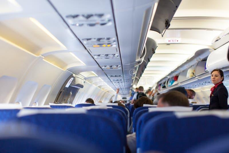 Binnenland van vliegtuig met passagiers op zetels die op start wachten royalty-vrije stock afbeeldingen