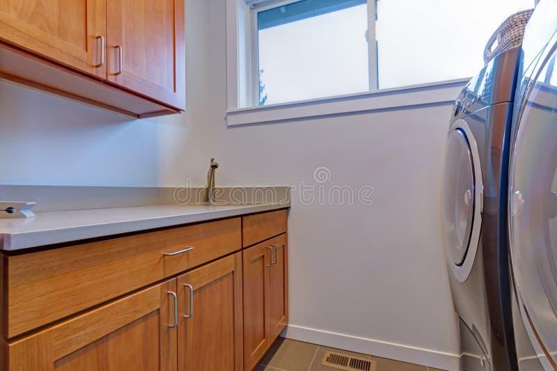 Binnenland van wasserijruimte met houten kabinetten royalty-vrije stock afbeeldingen