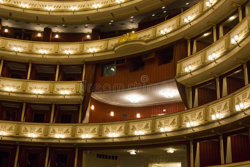 Binnenland van Weense Staatsoper, de operahuis van Wenen stock foto's