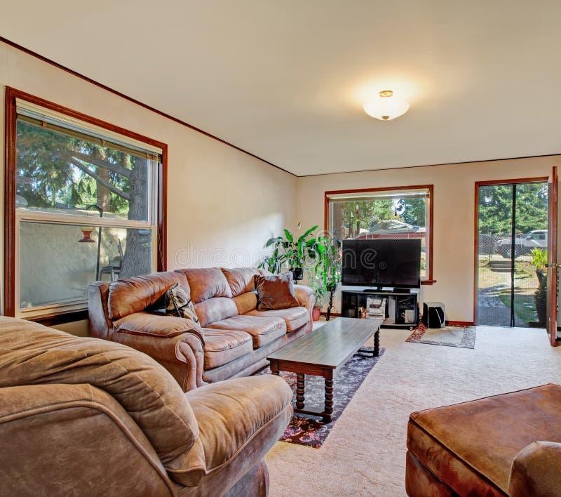 Binnenland van woonkamer, familieruimte met bekleed meubilair stock foto's