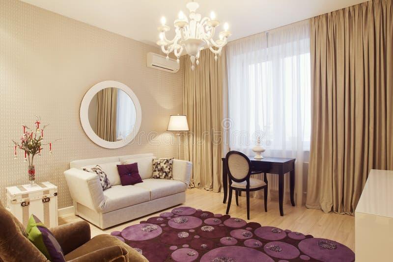 Binnenland van woonkamer in luxueus huis royalty-vrije stock afbeeldingen