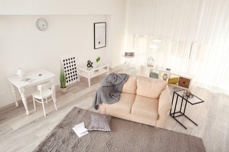 Binnenland van woonkamer, mening door kabeltelevisie-camera royalty-vrije stock fotografie