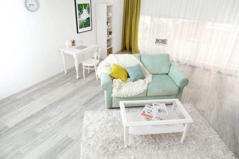 Binnenland van woonkamer, mening door kabeltelevisie-camera royalty-vrije stock afbeelding