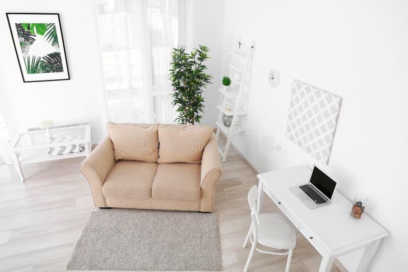 Binnenland van woonkamer, mening van kabeltelevisie-camera royalty-vrije stock foto