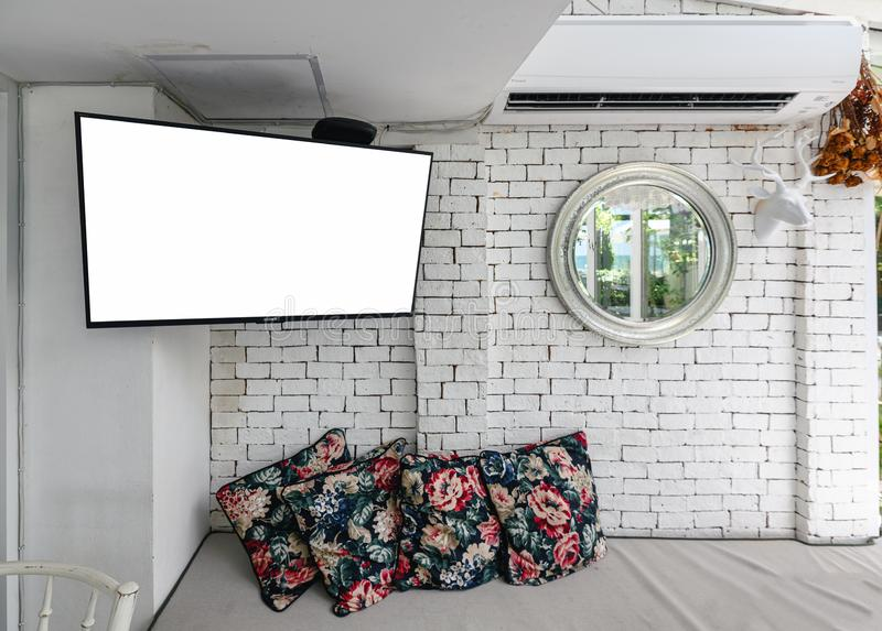 Binnenland van woonkamer met LCD TV en decoratieve voorwerpen op witte bakstenen muur royalty-vrije stock foto
