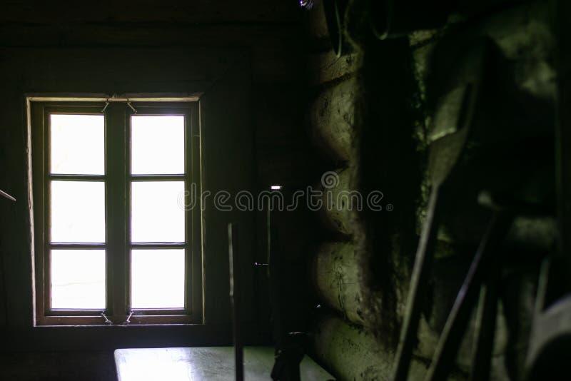 Binnenland van woonkamer in oud traditioneel landelijk blokhuis stock fotografie