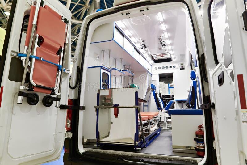 Binnenland van ziekenwagen met medische apparatuur stock foto