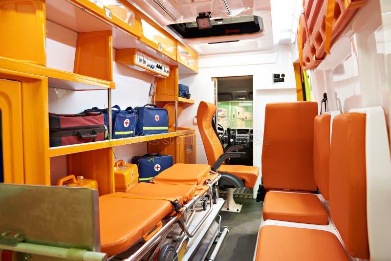 Binnenland van ziekenwagen met medische apparatuur stock foto's