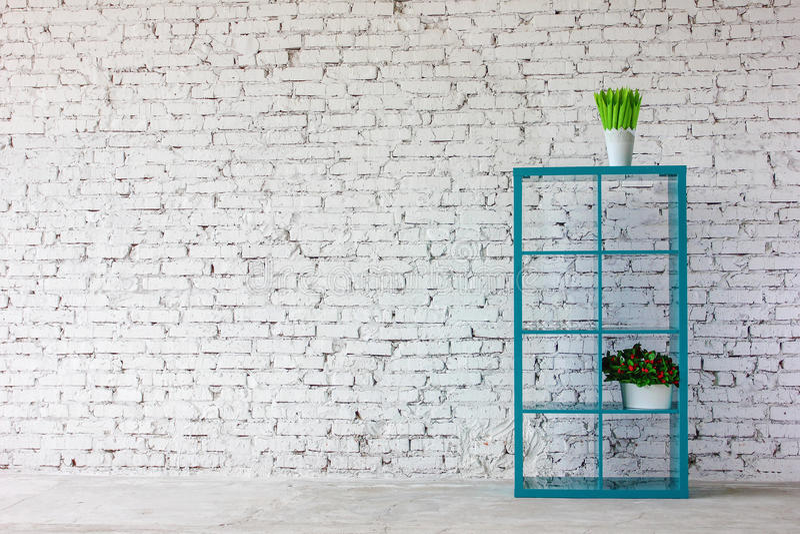 Binnenland in witte baksteen met een boekenrek stock fotografie