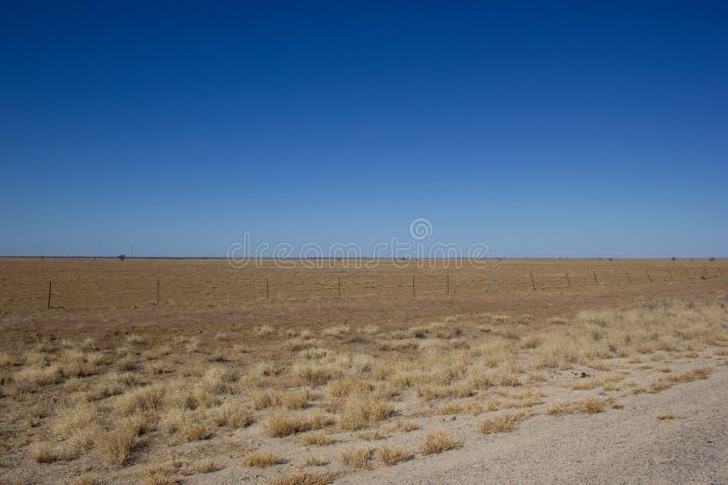 Binnenlandlandschap met mooie blauwe hemel op het Noordelijke Grondgebied van Australië stock foto