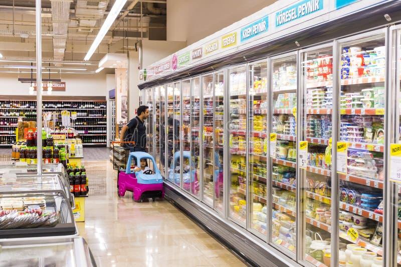 Binnenlands binnenland van stijlen en ijskasten met producten van Migros-supermarkt in Manavgat, Turkije royalty-vrije stock foto