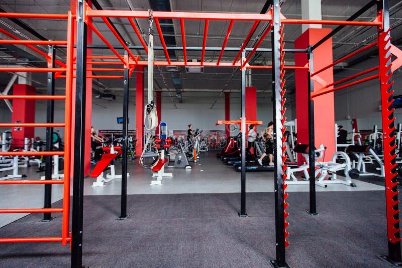 Binnenlands CrossFit-gebied tegen geschiktheidsgymnastiek stock foto
